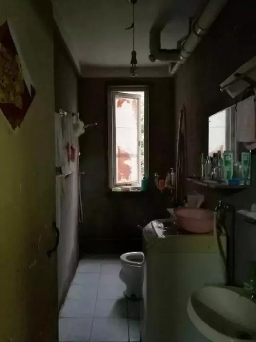 洗手台的上方安装了吸顶灯,悬挂的黑色圆镜,让照镜子的主人显得更加